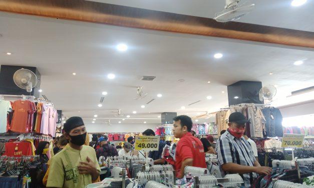 Selain di Pasar, Toko Juga Banjir Pengunjung